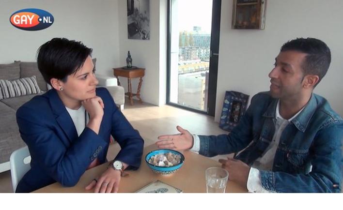 Still uit het gesprek tussen Mounir Samuel en Tofi Dibi. Bron: Gay.nl