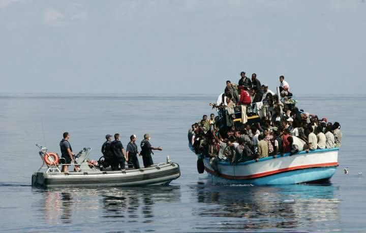 Vluchtelingen worden gered.