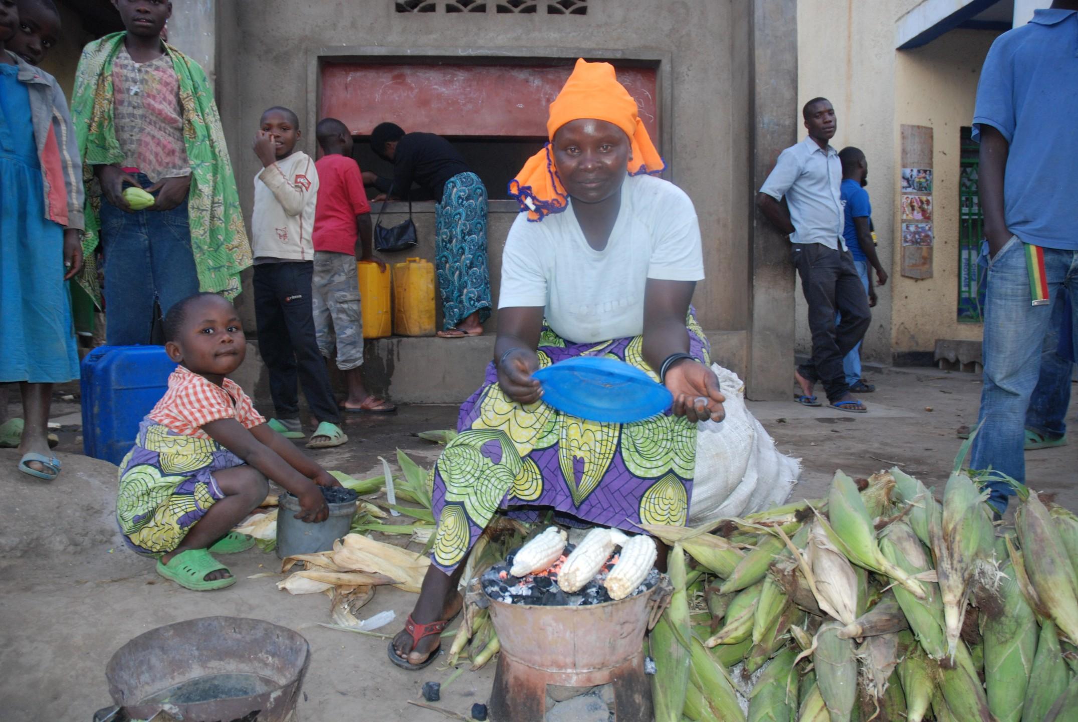 Providence en haar dochter Grace verkopen mais in Rwanda