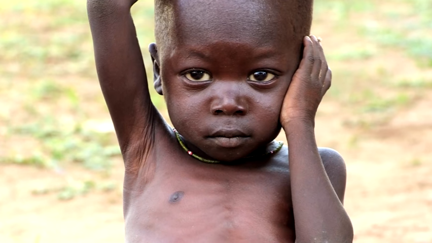 zielig kindje met honger in campagnefilmpje
