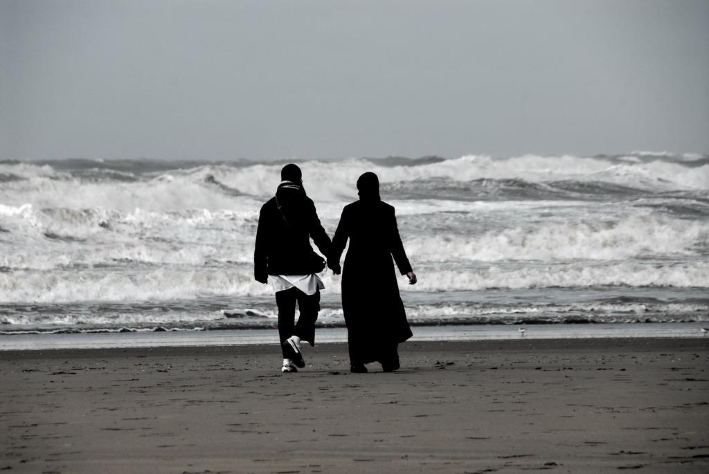 Hand in hand op het strand