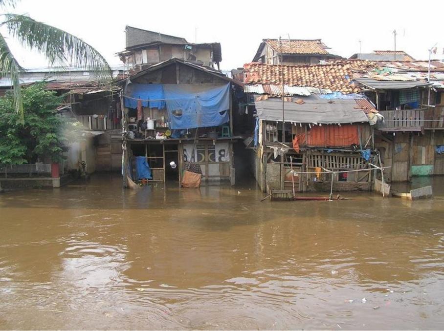 medium grootte overstroming sloppenwijk Jakarta