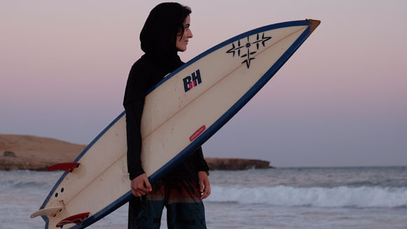 Stoere surfchicks in Iran pakken hun vrijheid