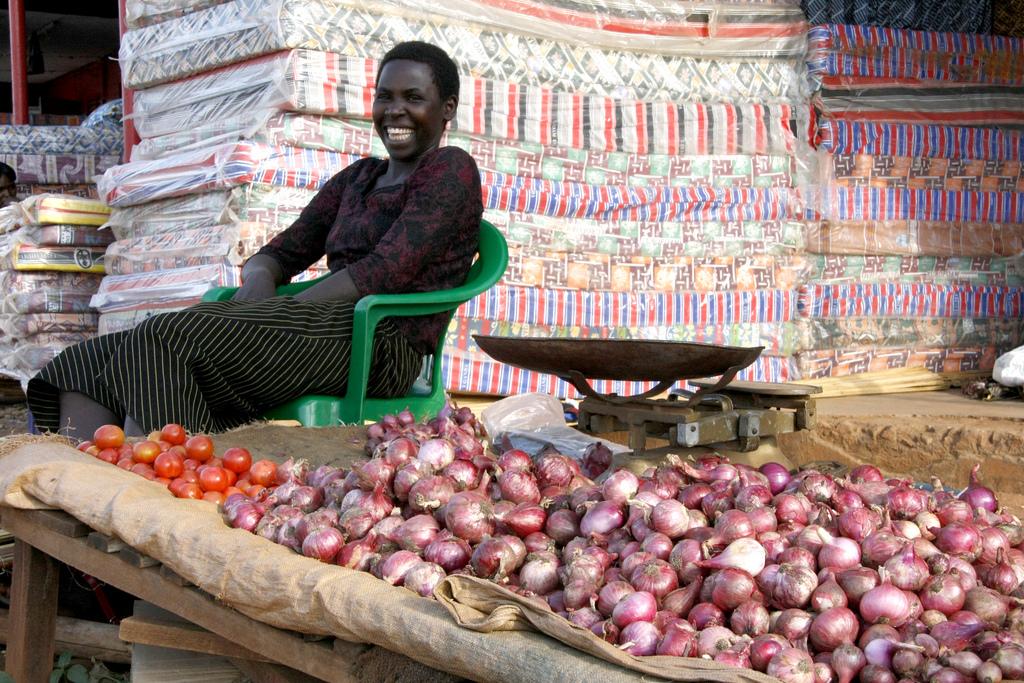 Onderneemster op een markt in Noord-Uganda, foto Pete Lewis/DFID