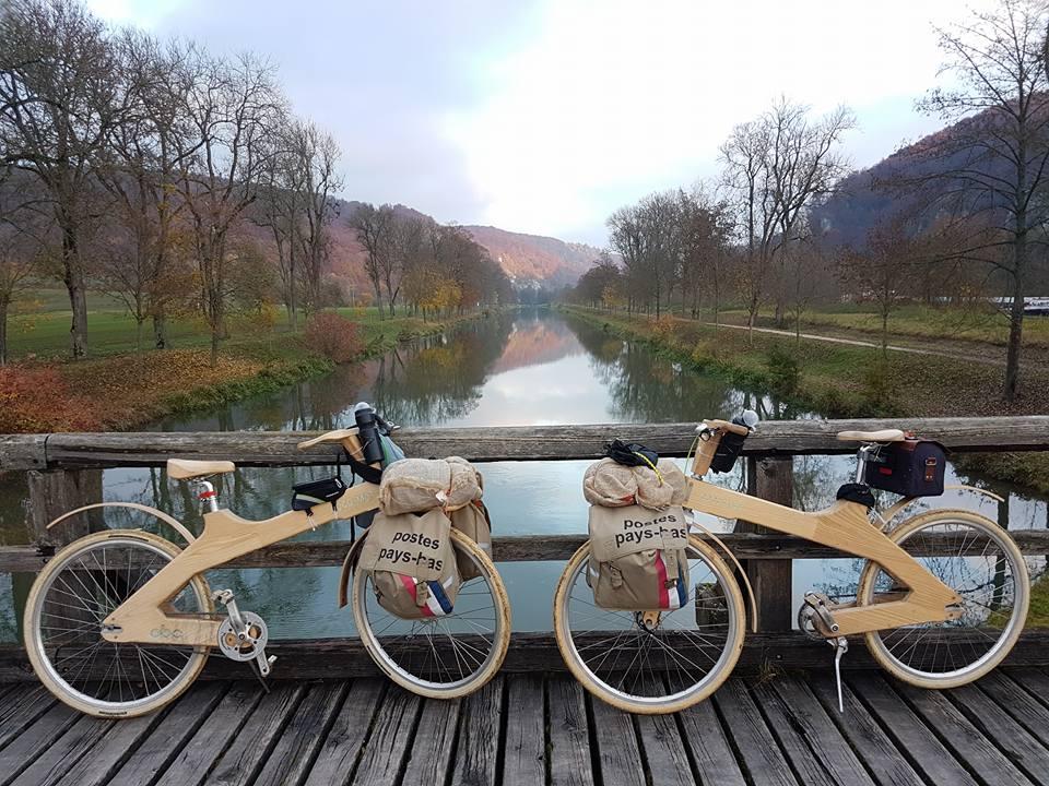 De houten fietsen aan de Donau. Bron Facebook Deen Travellers