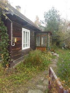 05-Huisje-van-Janusz-van-buiten