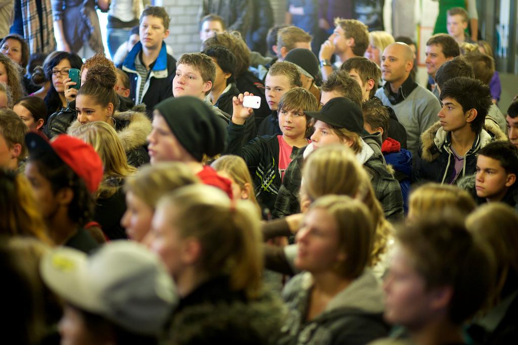 Jongeren bij het optreden van Yes-R tijdens de Taalkr8!-dag in IJmuiden