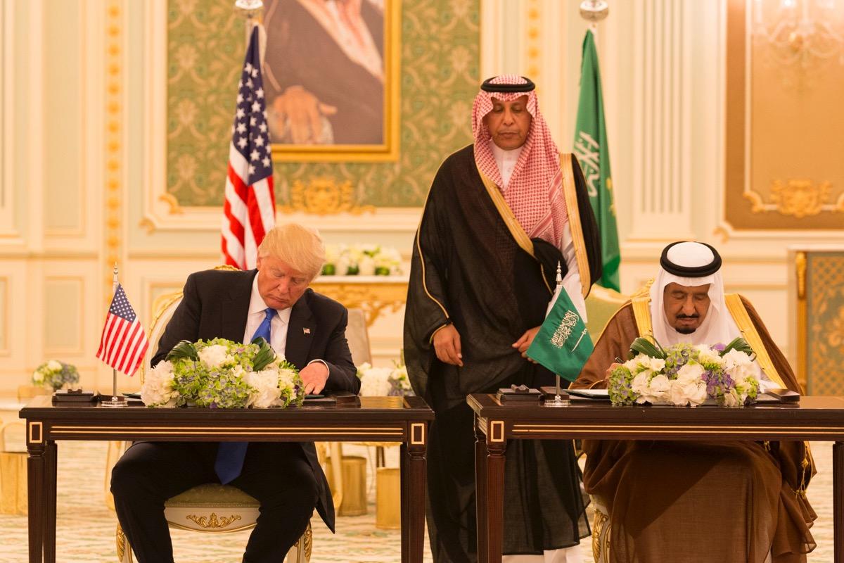 President Trump en de Saoedische koning Salman bin Abdulaziz Al Saud ondertekenen een gezamenlijk visiestatement