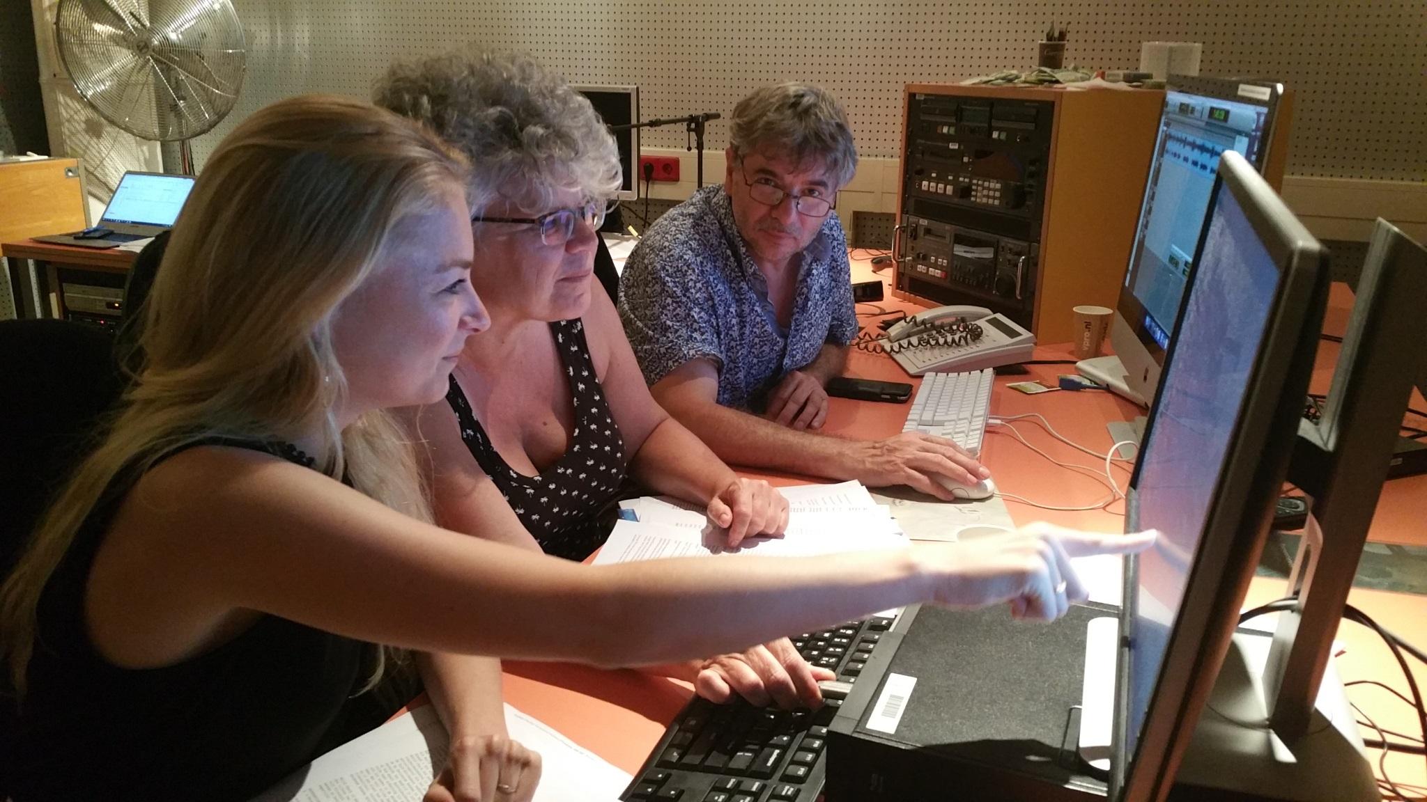 Sanne, Eveline en Huub bekijken de database van World-Check