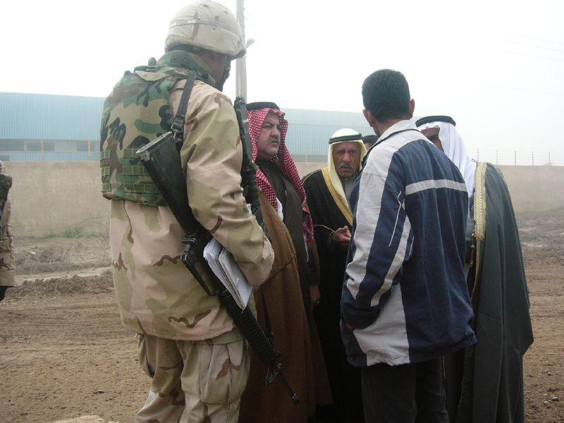 Militairen met Sheiks in Irak