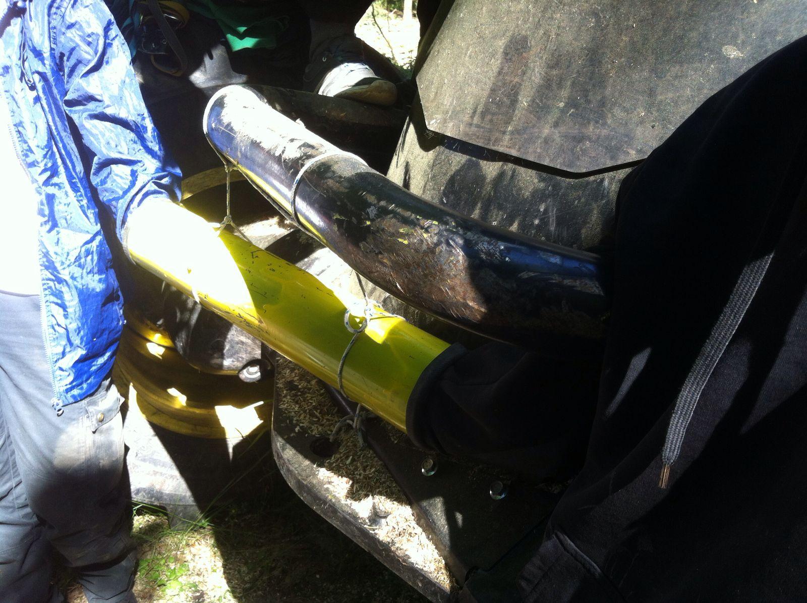 Met buizen geblokkeerde wielen van een velmachine