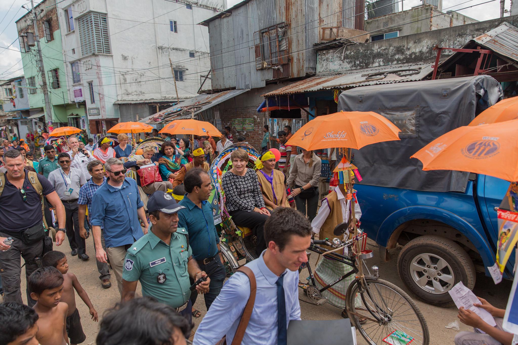 Minister Ploumen op bezoek in Bangladesh, waar ze pleit voor eerlijke inkoop textiel