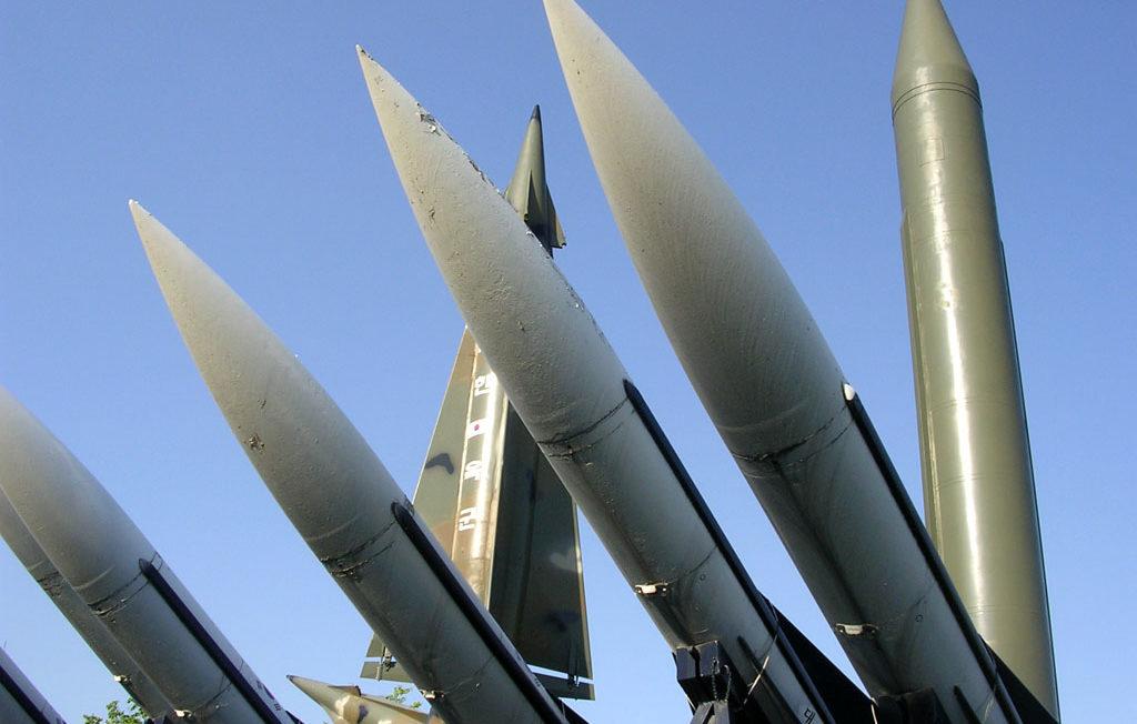 Ballistische wapens met op de achtergrond Scud-raketten.