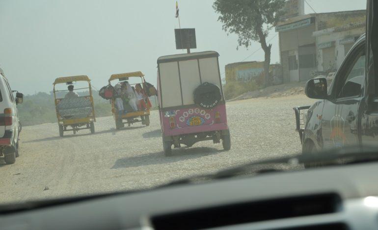 riksja-met-Kiran-door-het-drukke-verkeer1
