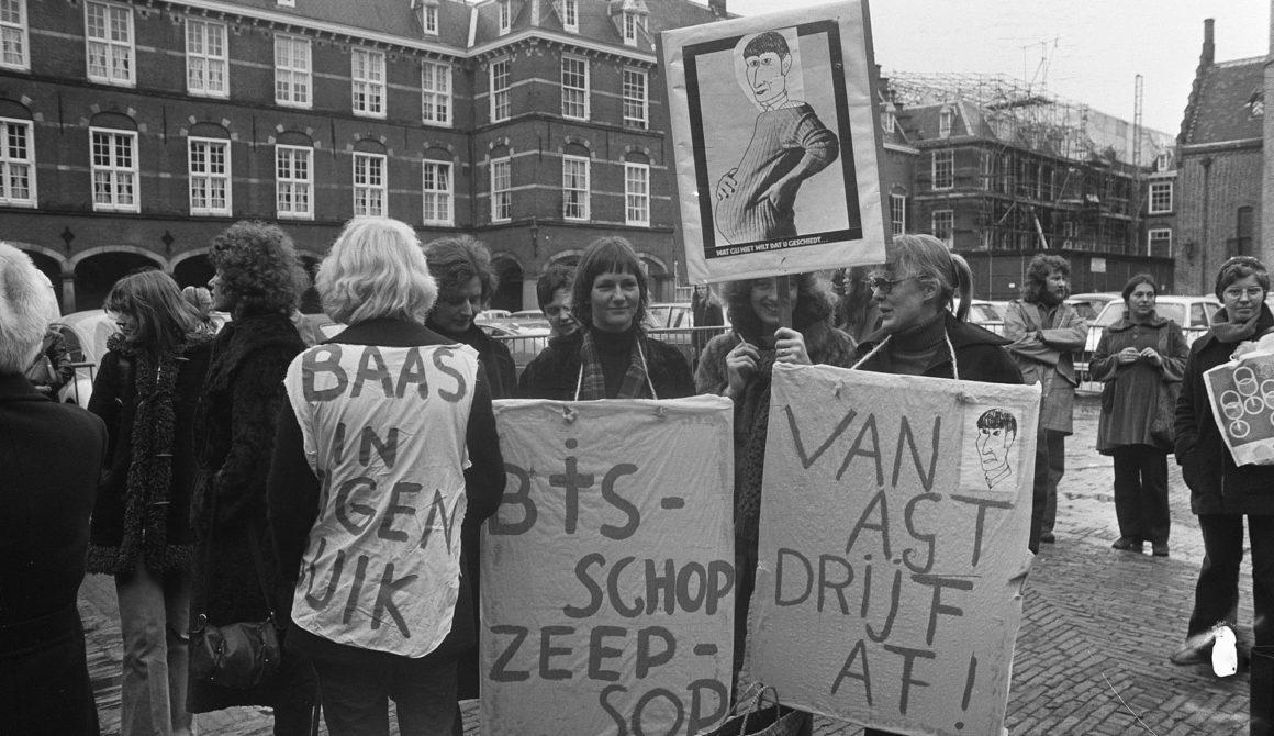 Voorstanders_van_abortus_demonstreren_op_het_Binnenhof_in_verband_met_stappen_van_de_regering_tegen_de_Bloemenhovekliniek_-_SFA002003744
