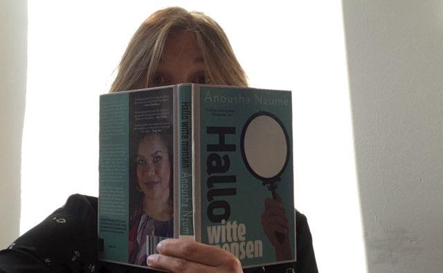 Inemarie Dekker leest 'Hallo witte mensen'.
