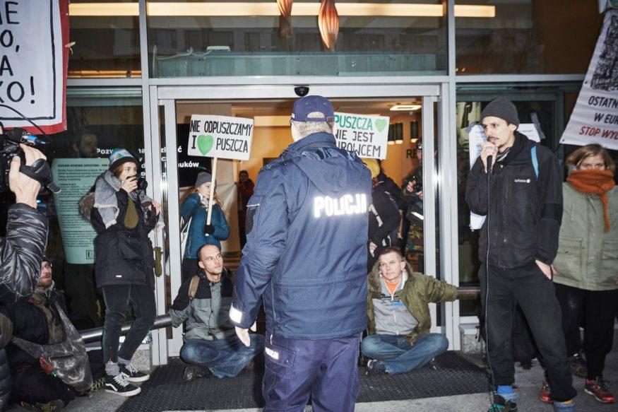 Demonstratie bij ingang hoofdkantoor Staatsbosbeheer