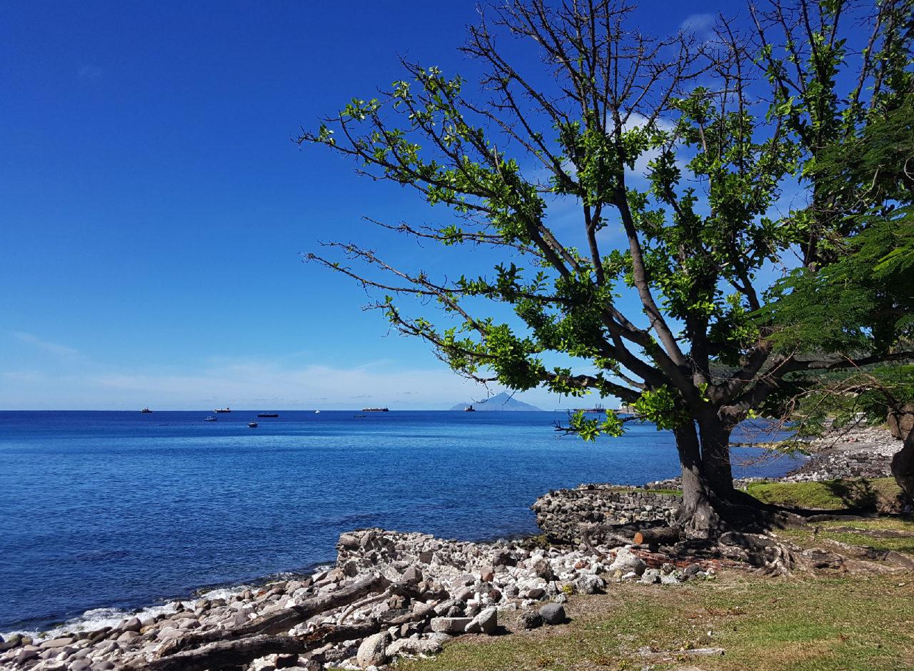Zuidkust-van-St.-Eustatius-met-op-de-achtergrond-het-eiland-Saba