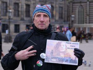 Man protesteert