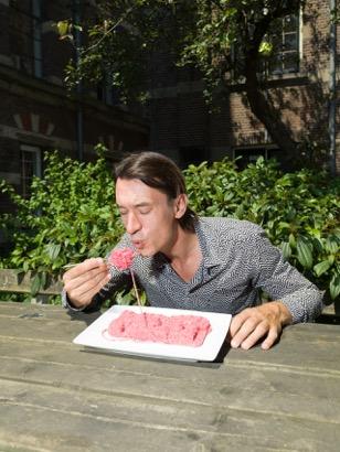 Koert-van-Mensvoort-eating-knitted-meat-2015-picture-Ivo-van-der-Bent