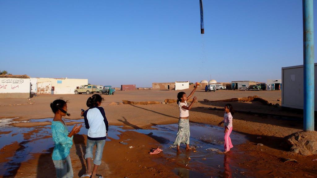 Urarekin_jolasean_-_Jugando_con_el_agua_-_Saharauiak