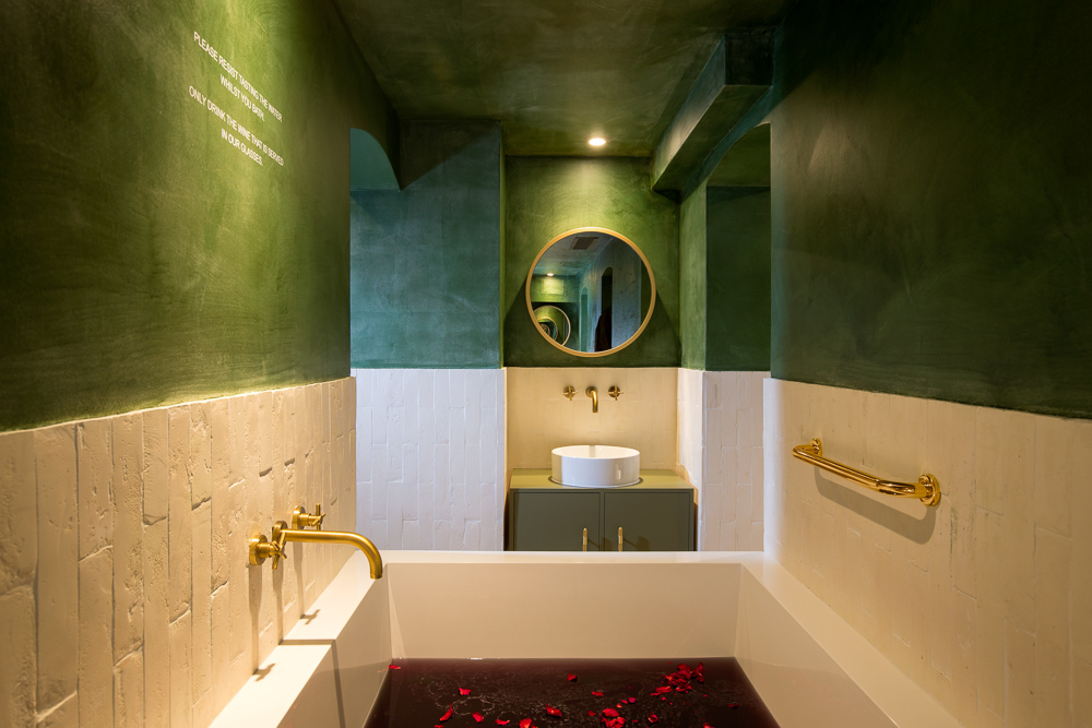 Review at the UK\'s First Wine Spa - ONIN London