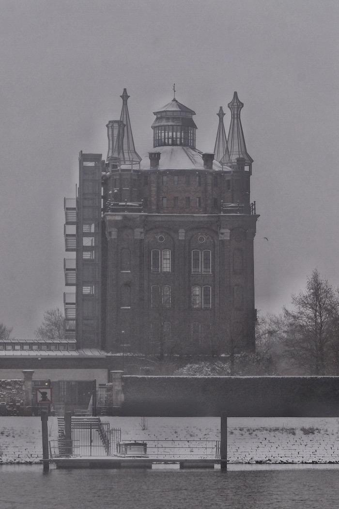 Villa Augustus in de sneeuw vanaf het Wantij