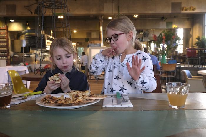 Cato en Feline delen een pizza met schorseneren