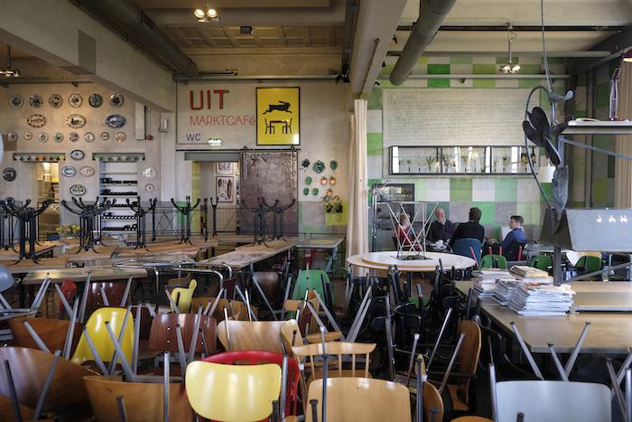 Directie-overleg in een verder lege restaurantzaal