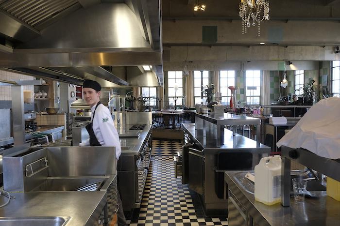 De keuken werkt voor hotelgasten nog door