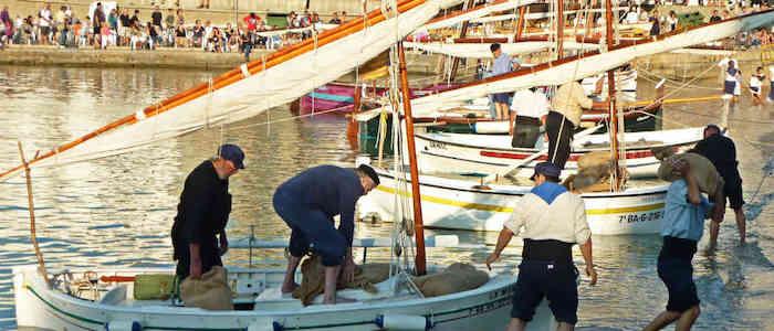 Vissers in de haven van La Escala