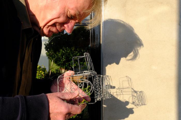 Evert Hendriksen met zijn Hasselblad 500 CM in staaldraad