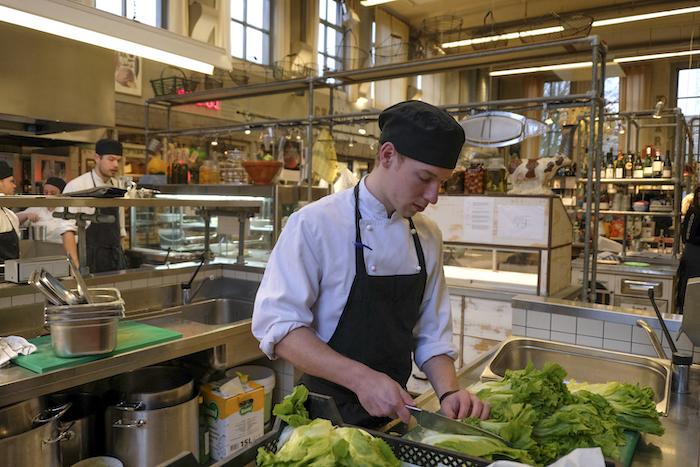Kok Rens bereidt de spinazie