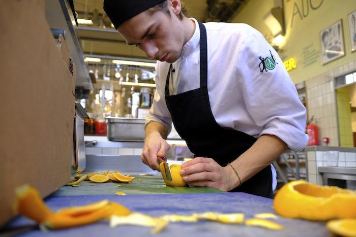 Kok Thomas snijdt de bloedsinaasappelen
