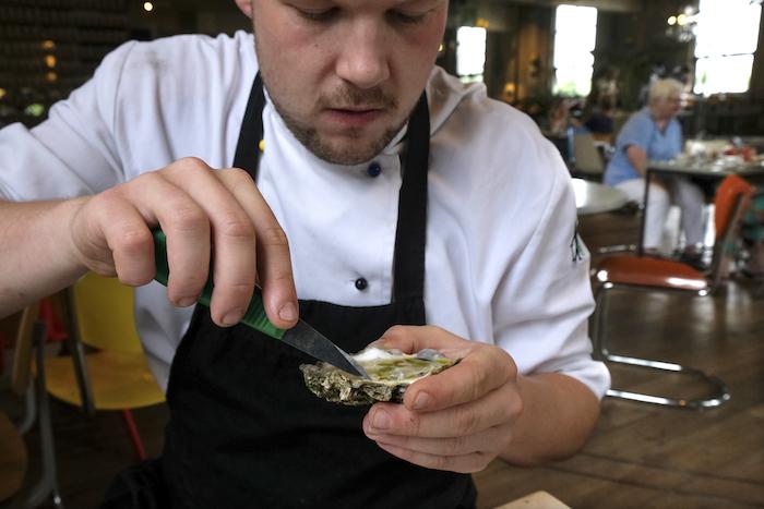 Fines claires-oesters op het krijtbord: kok Tim proeft er alvast een