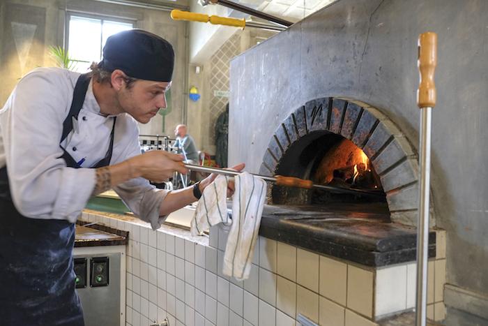 Uit de houtoven deze week: pizza met nieuwe aardappel, en geroosterde kippenlevertjes met appel