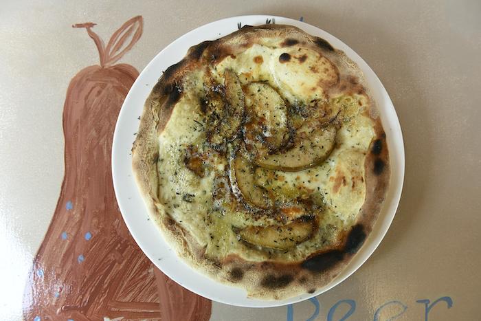 Houtovenpizza met de eerste Williams-peren