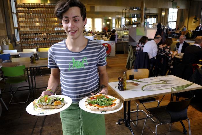 Zuurdesemtoast met ricotta en pizza 'nduja