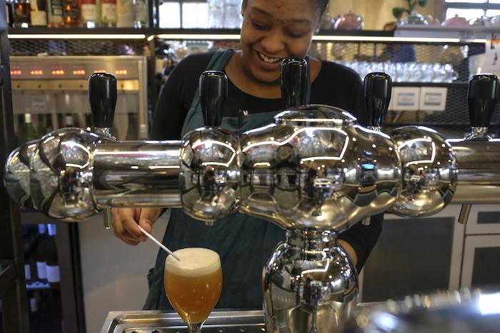 Buffeter Arianny serveert het eerste Rust-biertje