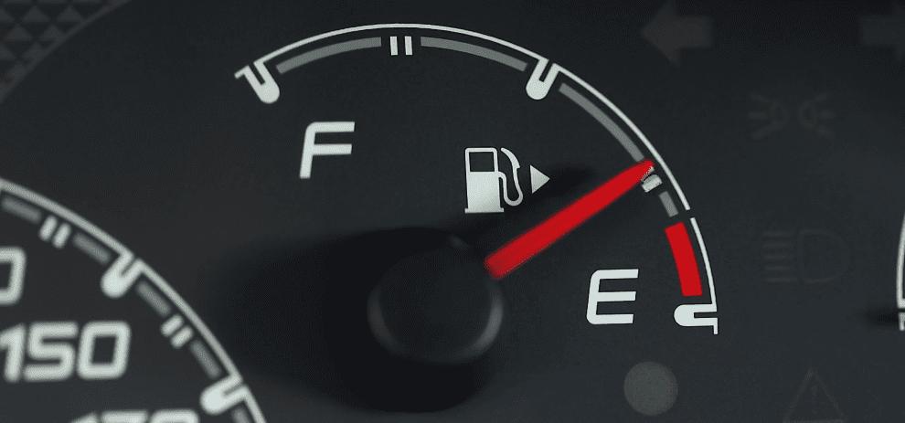 تعريف اقتصاد الوقود يمكن تعريف اقتصاد الوقود في السيّارات بأنه استهلاك أقل كمّية من الوقود مع قطع أكبر مسافة ممكنة؛ مما يؤدي إلى توفير المزيد من المال، ويوجد العديد من العوامل التي تؤثر في اقتصاد السيارة للوقود، ومن هذه العوامل: سعة محرّك السيارة، حجم السيّارة ووزنها ونوع ناقل الحركة. بعض السيارات الاقتصادية في استهلاك الوقود سيارة كيا أوبتيما 2019 كان الإصدار الأول لهذه السيّارة هو إصدار عام 2011، وتم إنتاج إصدار 2019 من هذه السيّارة بعدة أنواع من المحرّكات؛ أحدها محرّك هايبرد أربعة سلندر سعة 2 لتر، ويمنح السيارة عزماً مقداره 375 نيوتن متر، وقدرة مقدارها 205 حصان، ويرتبط بناقل حركة أوتوماتيكي بست سرعات، وتصل سرعتها القصوى إلى 192كم/ساعة، ويمَكّن السيارة من التسارع من صفر إلى 100كم/ساعة خلال 9.4 - 9.7 ثانية، ويبلغ معدل استهلاك الوقود لهذا المحرك 1.4 1.61 لتر/100كم. سيارة هيونداي أيونيك 2019 صنعت شركة هيونداي هذا النوع من السيارات بنوعين من المحرّكات؛ أحدها محرّك هايبرد أربعة سلندر سعة 1.6 لتر، ويمنح السيارة عزماً مقداره 147 نيوتن متر، وقدرة مقدارها 141 حصاناً، ويرتبط بناقل حركة أوتوماتيكي بست سرعات، وتصل سرعتها القصوى إلى 185كم/ساعة، ويمَكّن السيارة من التسارع من صفر إلى 100كم/ساعة خلال 10.8 ثانية، ويبلغ معدل استهلاك الوقود لها 3.8 لتر/100كم على الطرق الداخليّة وعلى الطرق السريعة 4.5 لتر/100كم. المحرّك الآخر هو محرّك هايبرد قابل للشحن، تبلغ سعته 1.6 لتر ويمنح السيارة عزماً مقداره 147 نيوتن متر، وقدرة مقدارها 164 حصاناً، ويرتبط بناقل حركة أوتوماتيكي بست سرعات، وتصل سرعتها القصوى إلى 178كم/ساعة، ويمَكّن السيارة من التسارع من الصفر إلى 100كم/ساعة خلال 10.6 ثانية، ويبلغ معدل استهلاك الوقود لها 1.1 لتر/100كم. سيارة لكزس CT-200h 2019 تمتلك هذه السيّارة محرك هايبرد أربعة سلندر سعة 1.8 لتر وعزم 142 نيوتن.متر، بقوة قرابة 98 حصاناً، ويرتبط بناقل حركة أوتوماتيكي، ويبلغ معدل استهلاك الوقود لهذا المحرك 4.7 لتر/100كم، كما أنها مزوّدة بخزان وقود تبلغ سعته 45 لتراً. سيارة فورد فيوجن 2019 يتمتّع إصدار 2019 من هذه السيارة بالعديد من أنواع المحرّكات المختلفة، أحدها محرّك هايبرد سعة 2.0 لتر، ويمنح السيارة عزماً مقداره 129 نيوتن متر، وقدرة مقدارها 141 حصاناً، ويرتبط بناقل حركة أوتوماتيك
