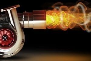 التيربو يعمل التيربو على وصول كمّية أكبر من الهواء داخل غرفة الإحتراق الخاصة بالمحرّك مما يؤدي إلى زيادة الضغط وبالتالي الحصول على قوّة أكبر من القوّة التي ينتجها المحرّك غير المزوّد بنظام التيربو، أُستعمل هذا النظام في السيّارات لأول مرّة في عام 1978. إيجابيات التيربو الأمان: السيّارات المزوّدة بنظام التيربو تكون أكثر استجابة من تلك التي لا تحتوي على التيربو مما يجعلها آمنة بشكل أكبر. كفاءة الاحتراق: يعمل التيربو على الاستفادة من نواتج الاحتراق وإعادة استخدامها؛ مما يعني الاستفادة من الوقود بأكبر شكل ممكن. التلوّث الأقل للبيئة: يعود السبب في هذا إلى الكفاءة الذي يمتلكها محرّك التيربو؛ مما يعمل على تقليل الانبعاثات الضّارة الناتجة. الهدوء: تعتبر محرّكات التيربو ذات ضوضاء أقل، ويعود ذلك إلى سببين؛ الأول هو ارتباط نظام التيربو بالعادم لإعادة استخدام نواتج الاحتراق، والأخير هو صِغر حجم محرّك التيربو مقارنةً بالأخرى غير التوربينيّة بفئتها. الأداء الأفضل: يستطيع محرّك التيربو إنتاج قوّة وعزم أكبر مما يؤدي إلى التحسين من استجابة السيّارة والاقتصاد في استهلاك الوقود. سلبيات التيربو التأخير: يستغرق محرّك التيربو وقتاً لتقوم بإنتاج الضغط الكافي في غرفة الإحتراق مما يؤدي إلى التأخير في الوصول إلى القوّة المطلوبة. تلف المحرّك: تعمل الأنظمة التوربينية على التسبب بضرر كبير للمحرّكات في حالة تركيبها بشكل خاطئ، وكذلك في حالة عدم الاهتمام بها وإهمالها. ارتفاع الحرارة: من الممكن أن يعمل التيربو على ارتفاع درجة حرارة المحرّك في حالة عدم وجود مبرد الهواء مما يؤدي إلى تلف العديد من أجزاء المحرّك. مقارنة بين السيّارات التوربينية وغير التوربينيّة Honda Civic 2019 تم إنتاج هذه السيّارة بالعديد من طرازات المحرّكات، أحدها محرّك بنزين أربعة سلندر تبلغ سعته 1.8 لترٍ، وينتج قوّة مقدارها 142 حصاناً، وعزماً مقداره 174 نيوتن.متر، ويستهلك من الوقود على الطرق الداخليّة 8.7 لتر/100كم، وعلى الطرق الخارجيّة 5 لتر/100كم. المحرّك الآخر أربعة سلندر يعمل على الديزل وتبلغ سعته 1.6 لترٍ، وينتج قوة مقدارها 120 حصاناً، وعزماً يبلغ 3000 نيوتن.متر، ويستهلك من الوقود على الطرق الداخليّة 3.5-4.7 لتر/100كم، وعلى الطرق الخارجية 3.4-3.8 لتر/100كم. تمتلك إحدى طرازات هذه السيّارة محرّكاً توربينيّاً أربعة سلندر تبلغ سع