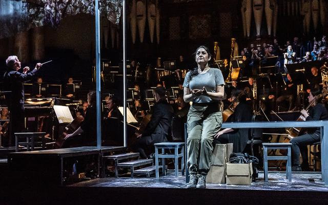 Alexandra Zabala as Aida with the Chorus and Orchestra of Opera North © Clive Barda