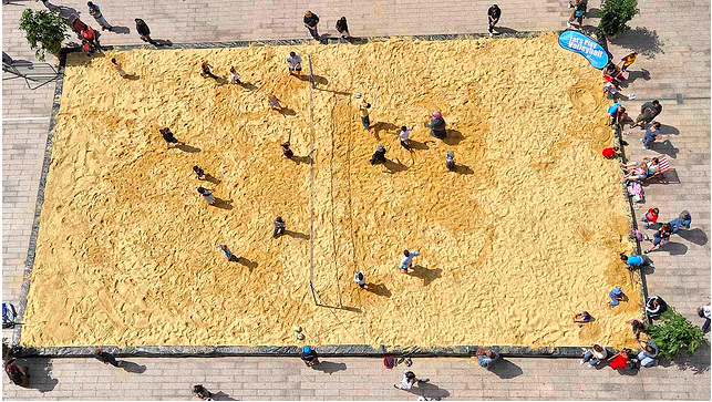 olleyball?of the beach persuasion. By Mike King in the Londonist Flickr pool.