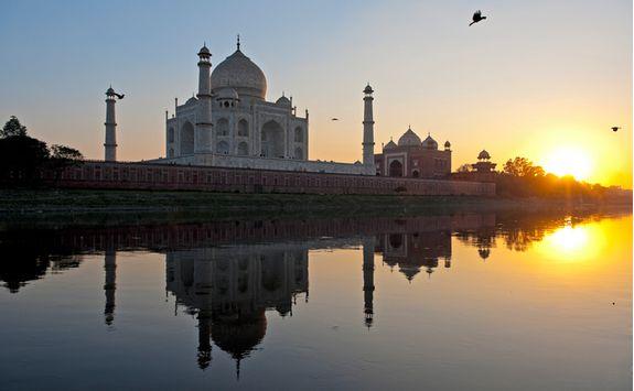 The Taj Mahal across the Yamun river