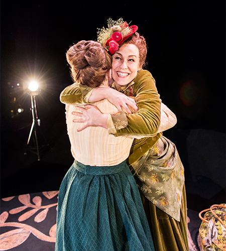 Två kvinnor kramas glatt. Skådespelare: Marika Strand och Caroline Harrysson. Fotograf: Ola Kjelbye