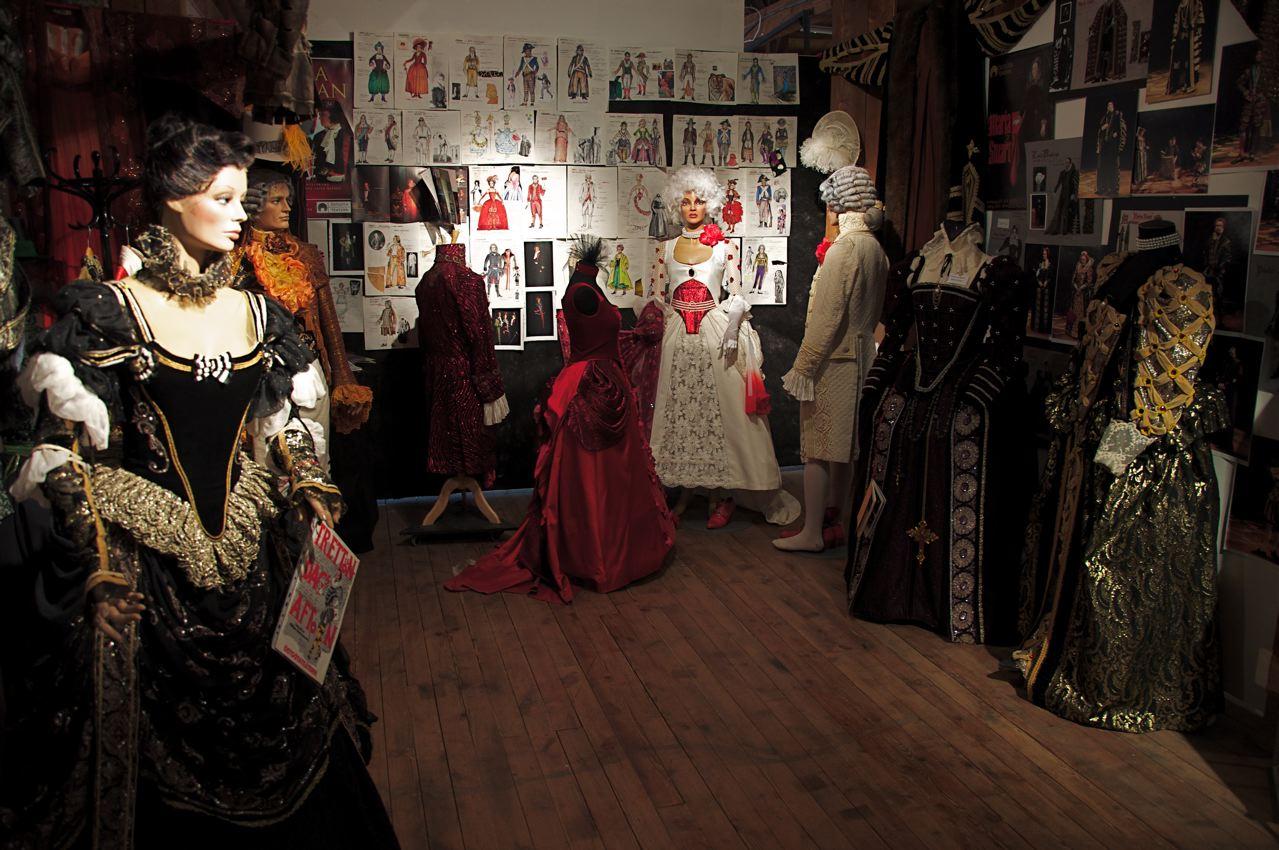 Vackra klänningar och kostymskisser. Foto: Östgötateatern