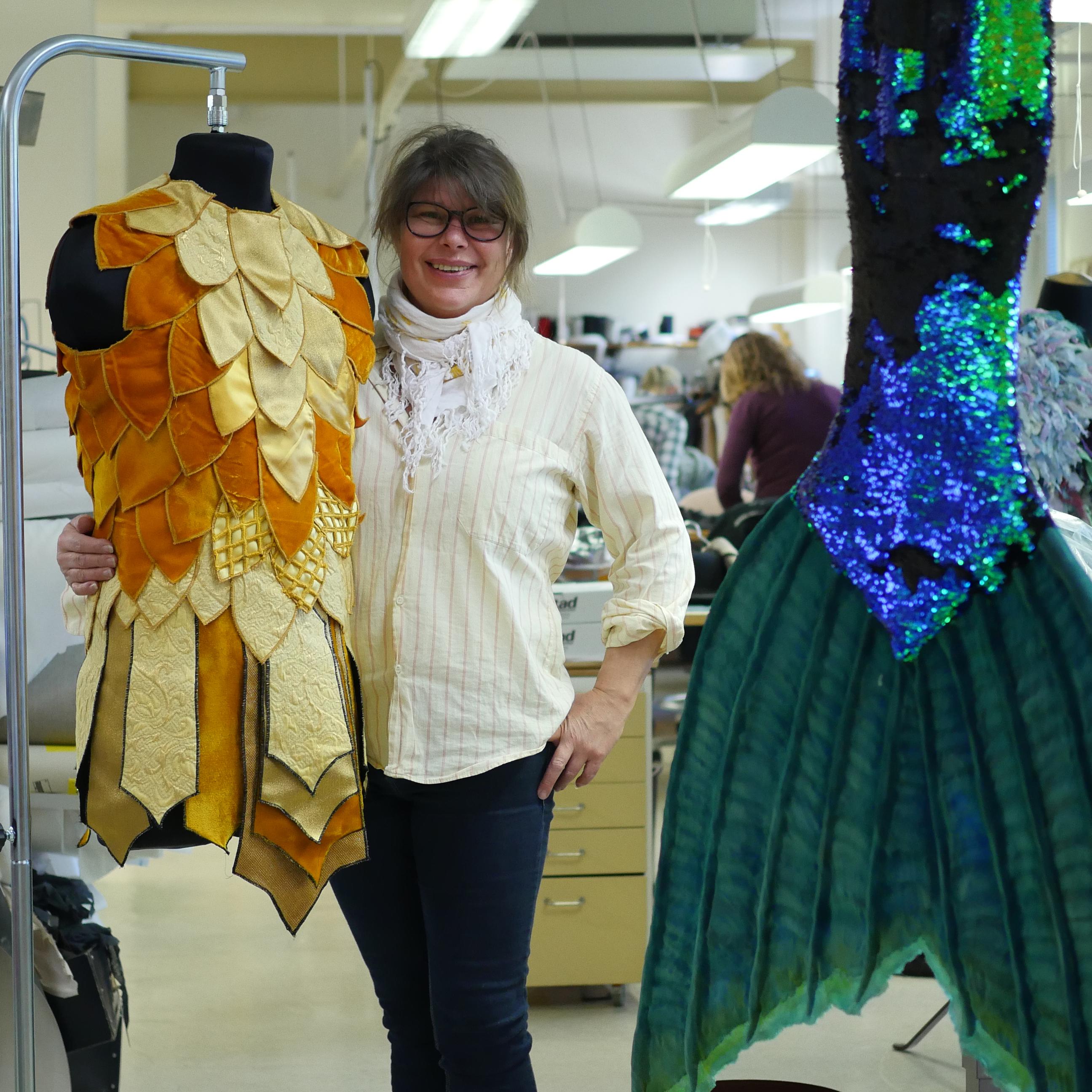 Skräddaren Tina Öqvist tillsammans med kostym från Wendy & Peter Pan. Foto: Carl Fristedt