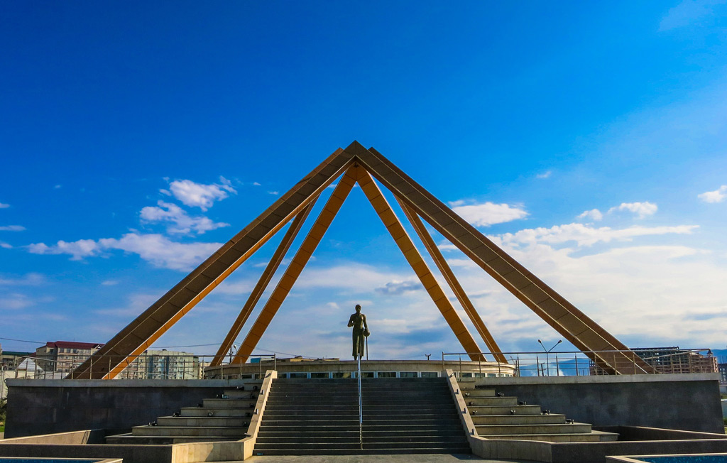 Фото: Памятник «Русской учительнице»