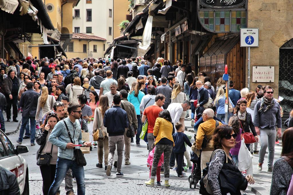 Фото: Люди посещают Понте Веккьо