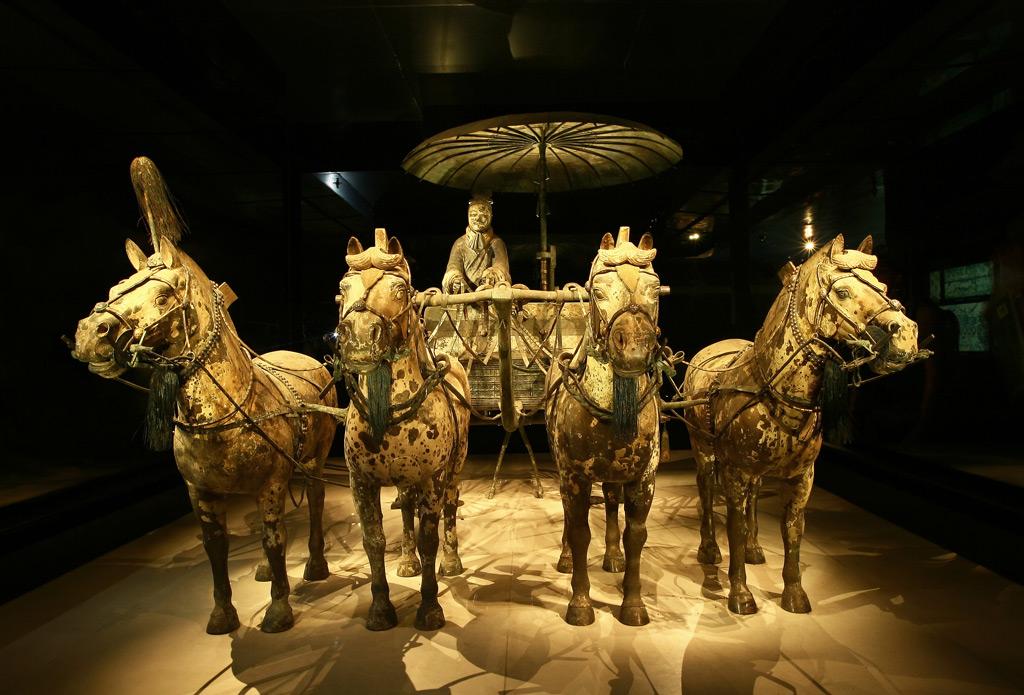 Фото: Бронзовая колесница императора